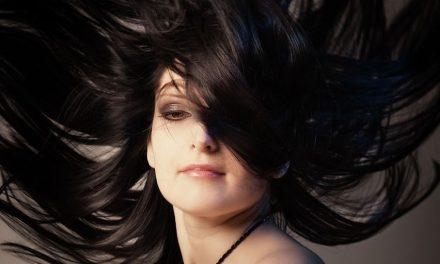 Olvídate de la plancha: cómo alisar tu cabello de forma natural