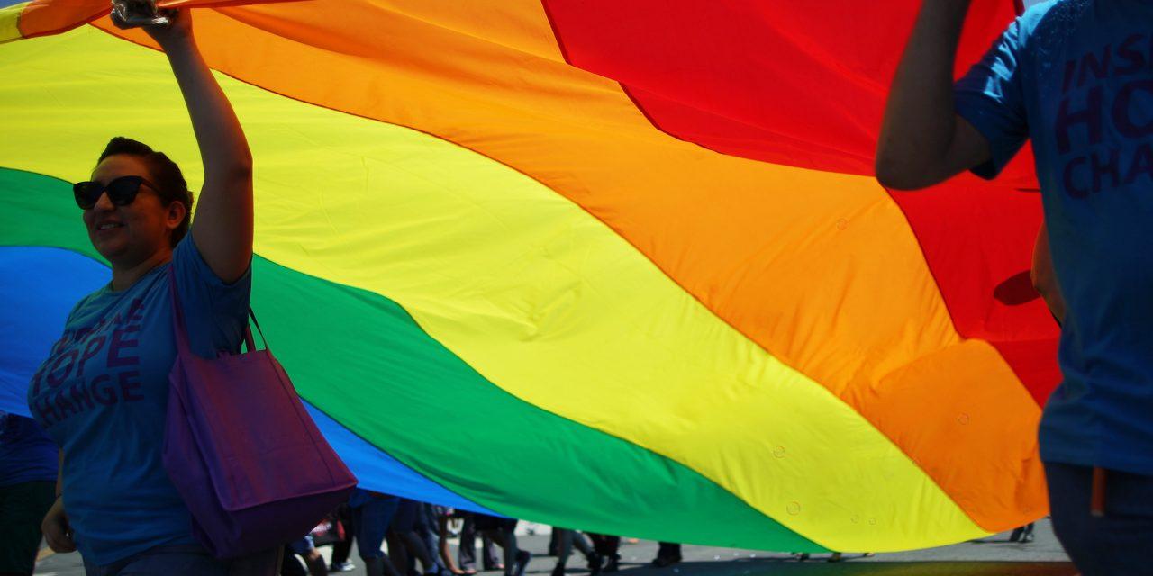 Ropa y accesorios que se suman al apoyo del día del Orgullo Gay