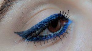 La última tendencia de maquillaje: regresa el delineador azul