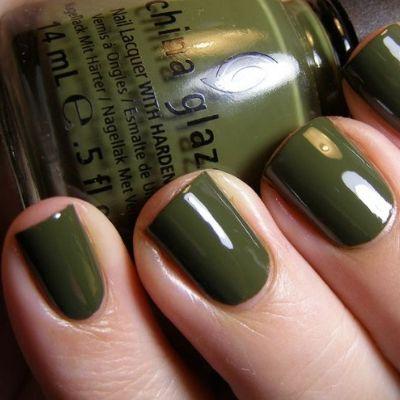 barniz de uñas verde militar