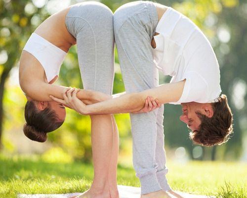 posiciones-de-yoga-en-pareja-1