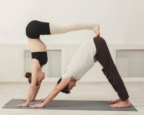 posición yoga en pareja
