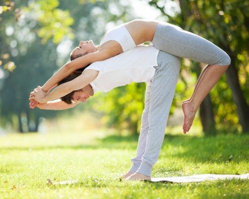 posiciones de yoga en pareja